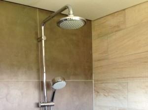 Regendouche op de verdieping van villa120  Chateau Cazaleres Zuid frankrijk