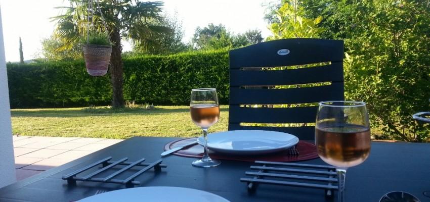 eettafel in de  tuin  op chateau cazaleres