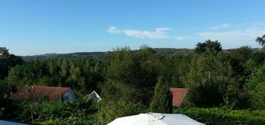 uitzicht over de zonnige  tuin en terras villa 120 chateau cazaleres